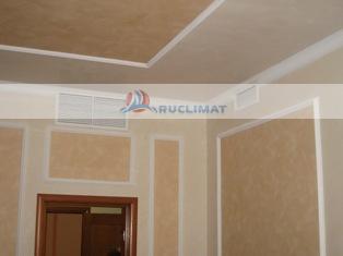 Вентиляционные решетки канального кондиционера в комнате